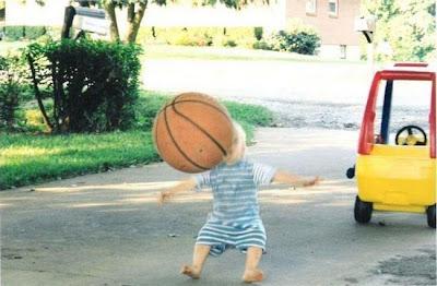 smiješna fotografija beba pada zbog lopte