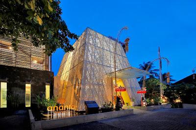 lobby hotel dengan atap berbalut krawangan GRC ukiran Bali