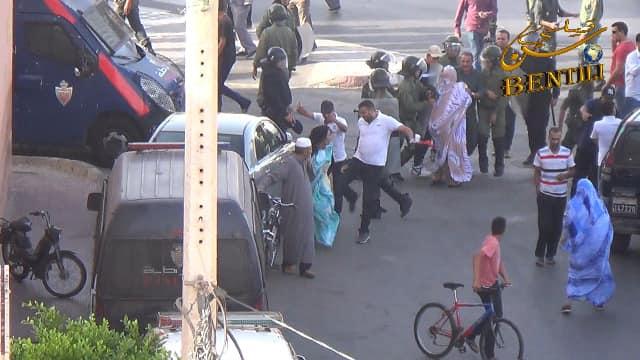 صور صادمة لجنود الاحتلال وهم يعتدون بالضرب بوحشية على نساء بالشارع العام بالعيون المحتلة