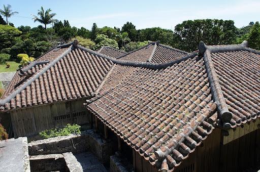 沖縄の瓦と漆喰