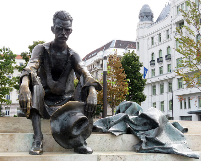 A Dunánál (By the Danube) by László Marton, Monument dedicated to the poet Attila József, Kossuth Lajos tér / Antall József rakpart, Budapest