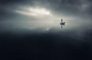 seorang wanita berdiri di tengah kabut
