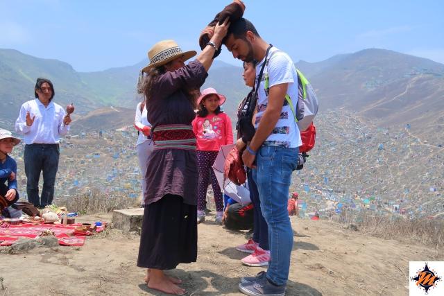 Lima, Cementerio de Nueva Esperanza. Offerta alla Pachamama