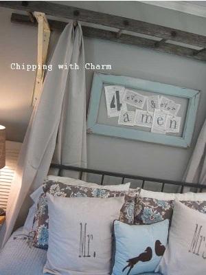 12. Manfaatkan tangga kayu untuk membuat kanopi di kamar