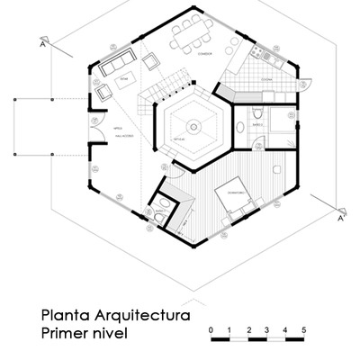 vivienda de forma hexagonal con patio central