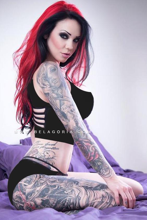 foto de una modelo con el pelo rojo lleva tatuajes en la pierna