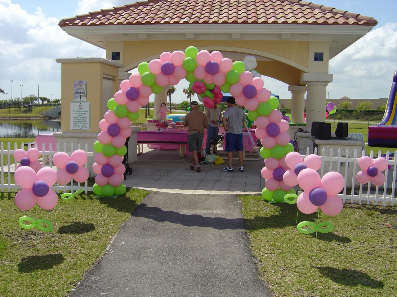 Feliz arcos con globos decoraci n de for Adornos metalicos para jardin