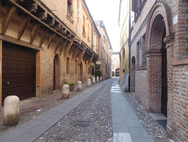 nel centro di Ferrara edifici antichi