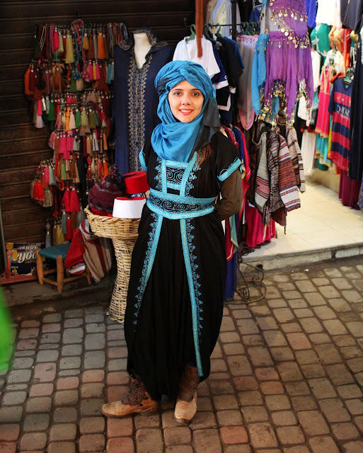 Uma roupa de berbere feminina sendo vendida em um souk na Medina de Marrakech.