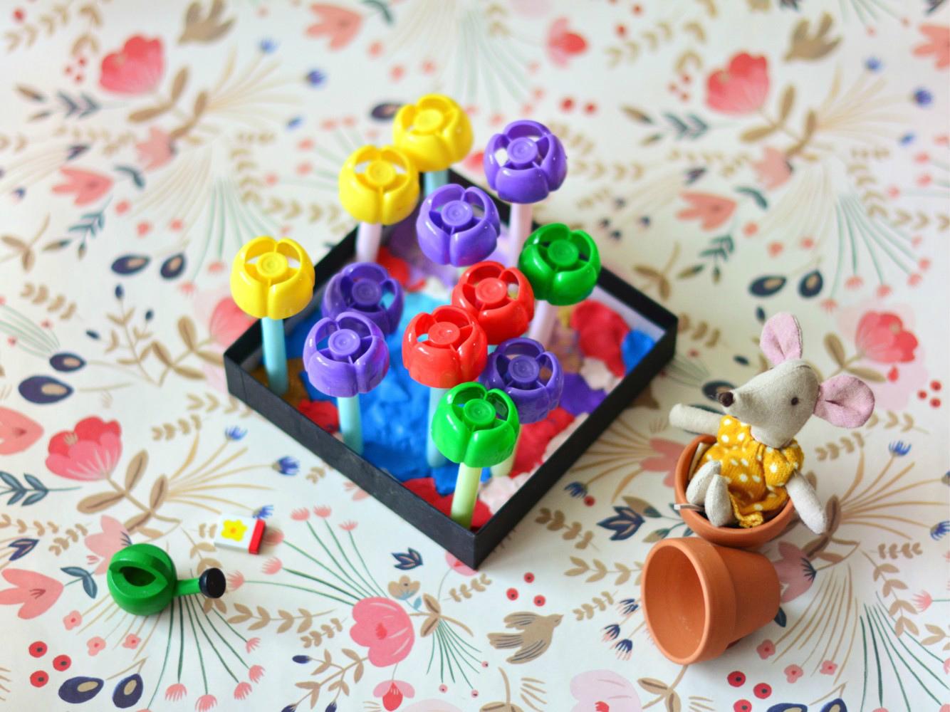 DIY: kolorowy ogród z plastikowych nakrętek