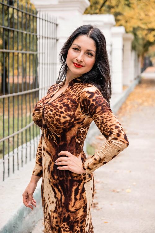 Frau im Kleid (Leopardenkleid)