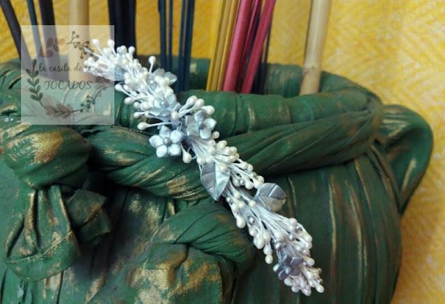 Semicorona de porcelana y pistilos pequeños para novia