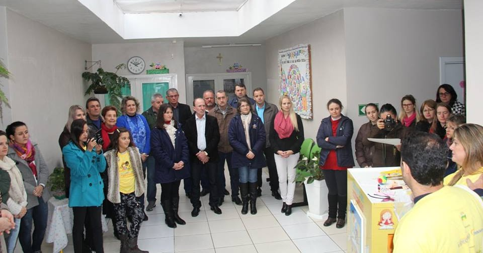 Colbachini recebe a doação de Estante de Histórias