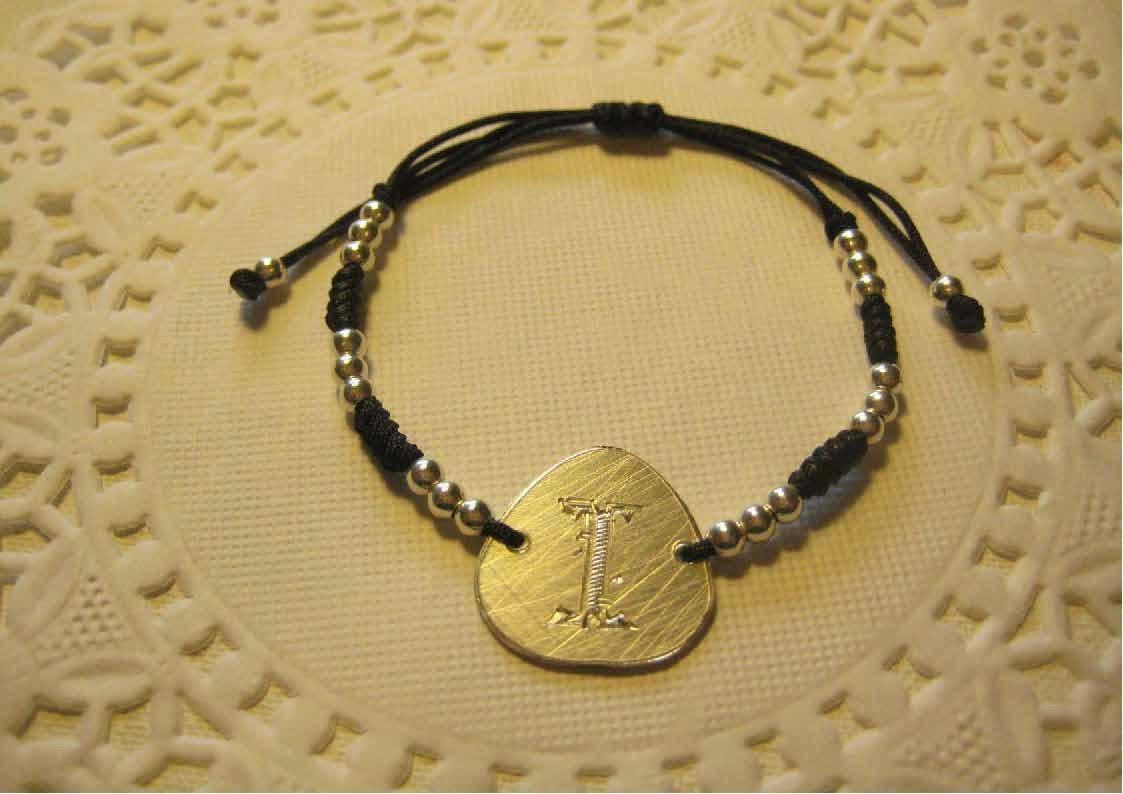 Pulsera chapa con inicial en plata artesanal personalizada