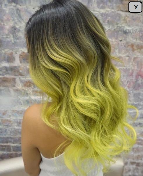 model rambut wanita panjang bergelombang warna kuning