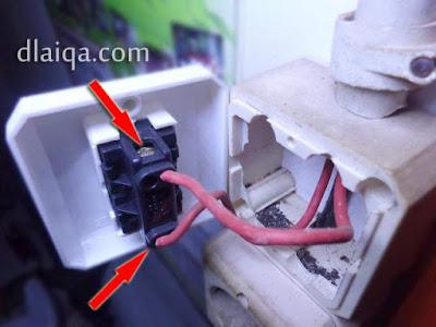 kendurkan atau lepaskan sekrup pengunci kabel