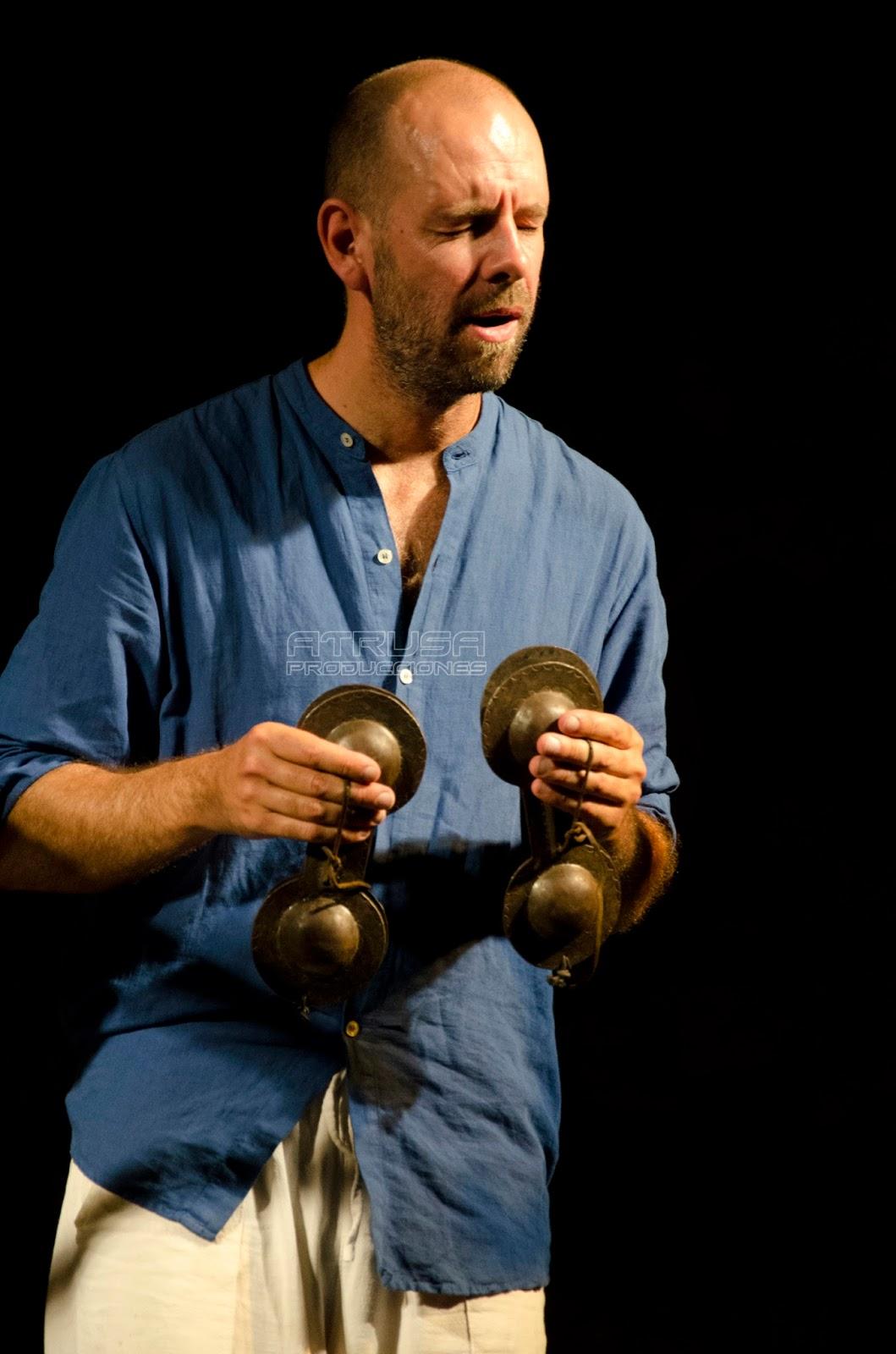 hombre tocando instrumento de gnawa