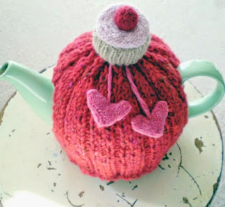 http://claire-garland.blogspot.com.es/2011/10/i-love-you-cupcake-tea-cozy.html?view=flipcard