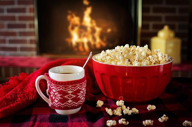 bol de popcorn, feu de foyer, boisson chaude, confort, hygge