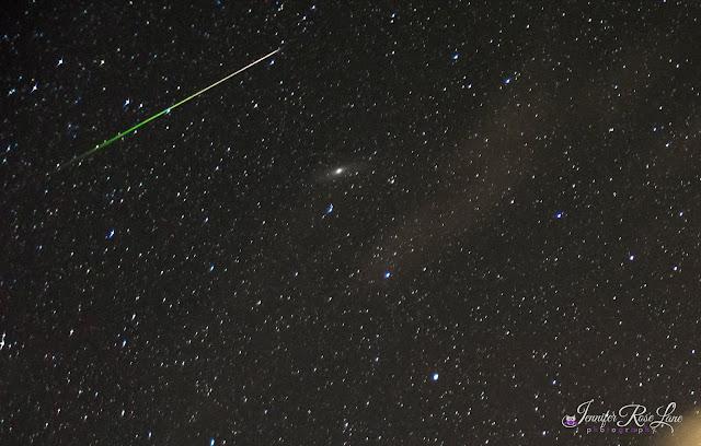 Một vệt sao băng đa vượt qua thiên hà Andromeda trong chòm sao Tiên Nữ. Ảnh: Jennifer Rose Lane.