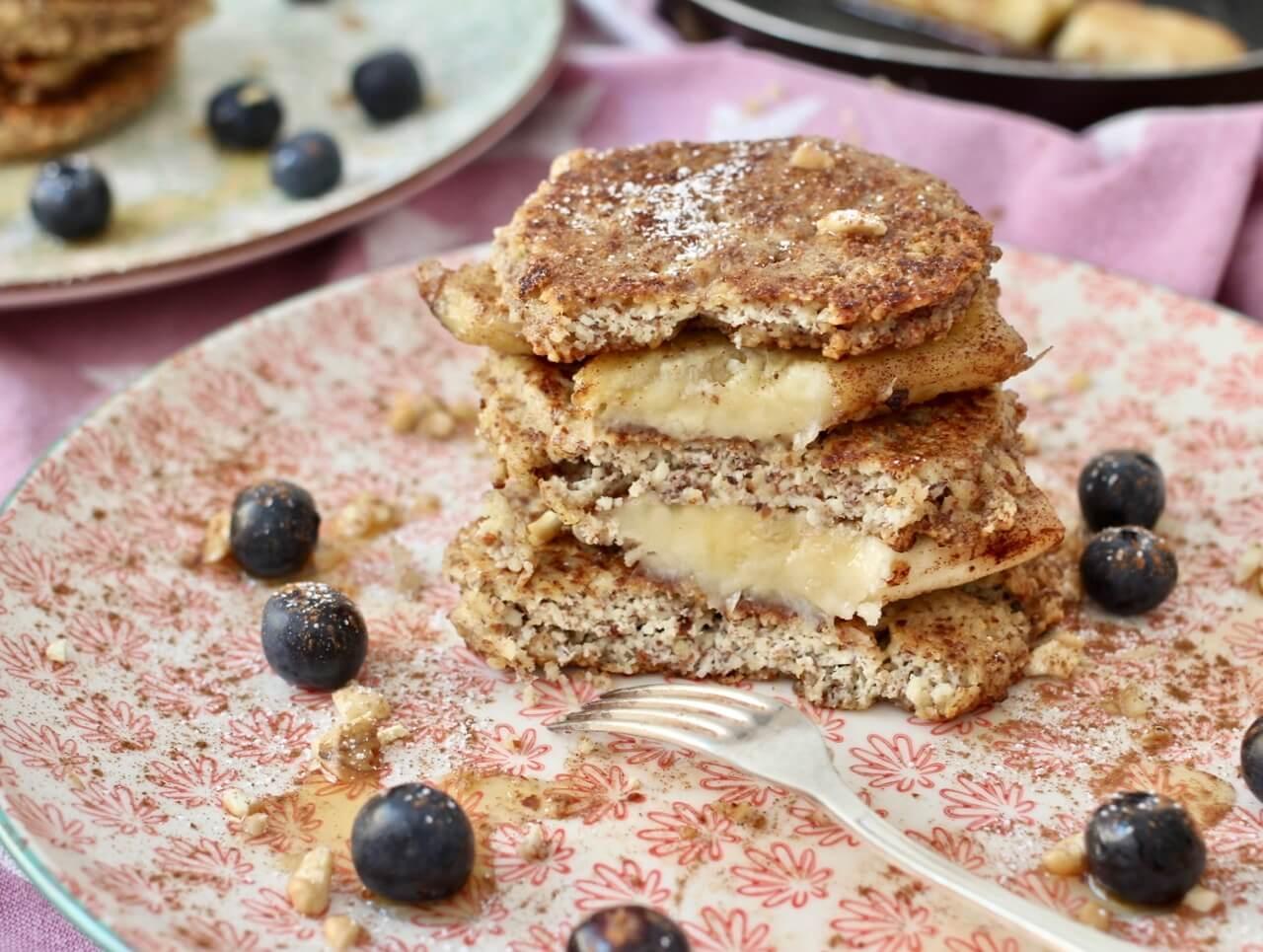 Mandelpancakes mit gebratener Banane und Walnüssen