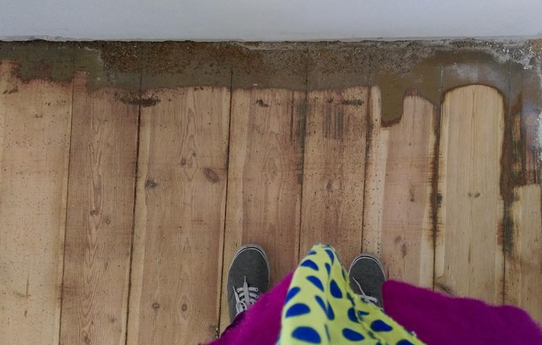 stara drewniana podłoga w trakcie cyklinowania