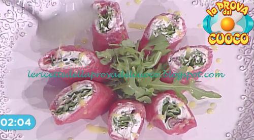Prova del cuoco - Ingredienti e procedimento della ricetta Rotolo di carpaccio con formaggio e rucola di Francesca Marsetti