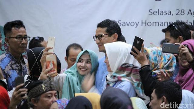 Sandiaga Uno Jadi Rebutan Emak-Emak di Bandung