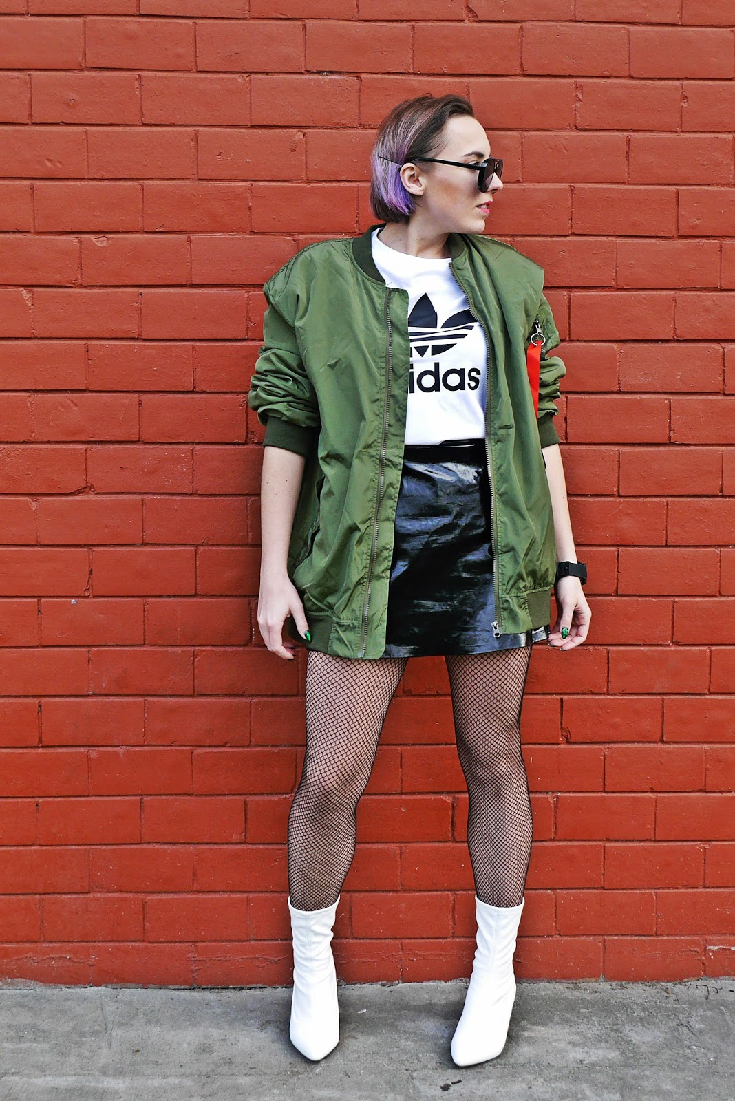8_zielona_oversize_bomberka_top_adidas_biale_botki_renee_karyn_blog_modowy_080318a