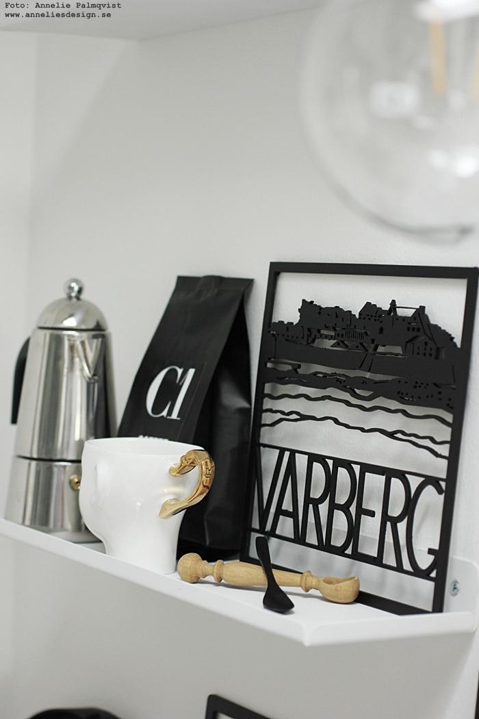 annelies design, webbutik, webbutiker, inredning, inrendingsbutik, showroom, varberg, inredning, grytunderlägg, underlägg, varberg, varbergs fästning, landmärke, fästningen, deisgn, hylla, djupare än tavellist, kaffe, anikte mugg, guld, muggar, hyllor, vitt, svart och vitt, svartvit, svartvita, kök, köksdetaljer,