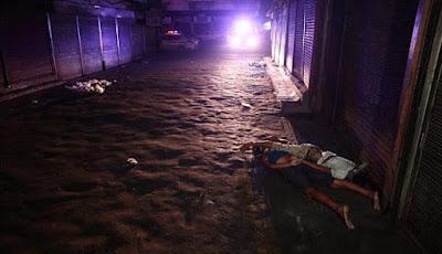 Dua mayat ini dibiarkan terkapar begitu saja