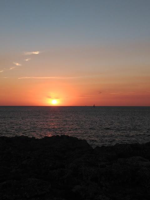 Puesta de sol en Cala Blanca Menorca