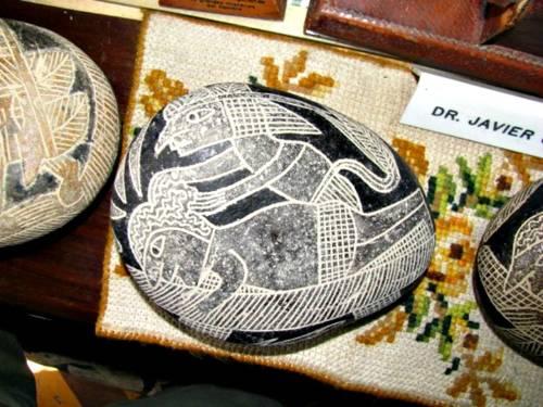 Una piedra de Ica representando una antigua cirugía.
