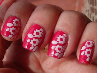 Manicura fucsia con flores estampadas