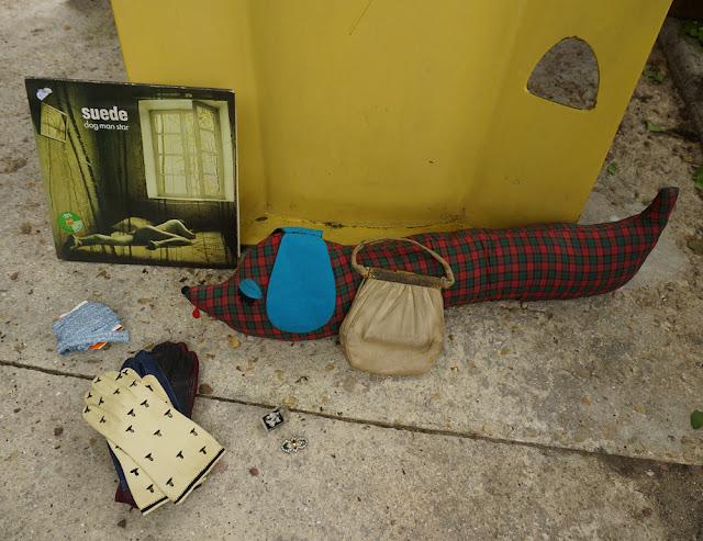 Elément d'aire de jeu des années 70, Dog Man Star de Suede , des gants en cuir ,   des broches ,un chien de porte , du galon bleu pastel métallisé , un sac en cuir