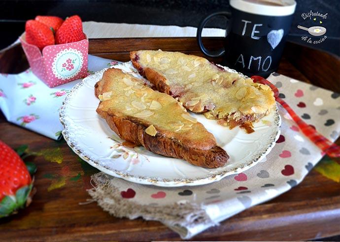 Bostock con croissants con mermelada de fresas o crema de chocolate y pasta de almendras (Desayuno romántico)
