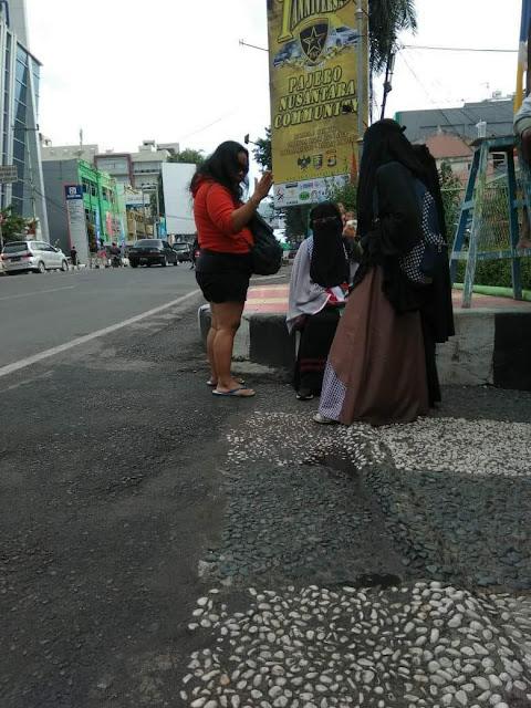 Perempuan Perokok Mencaci Tiga Muslimah Bercadar, Ini Isi Caciannya