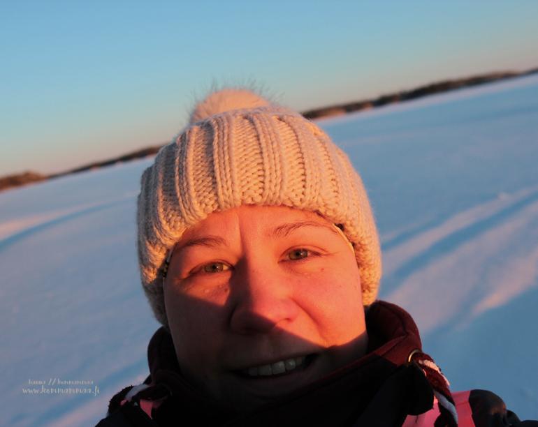 naisen selfie helmikuun ilta-auringossa