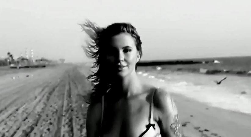 Modella Love Advent pubblicità giorno 4 con Ireland Baldwin con Foto
