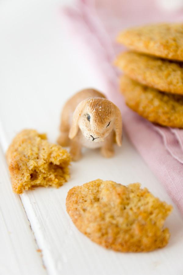 Rezept für das Osterfrühstück oder den Osterbrunch: Rüblikekse mit Karotten, Kokos und Walnüssen - Oster-Cookies als Alternative zum Möhrenkuchen. By http://titatoni.blogspot.de/