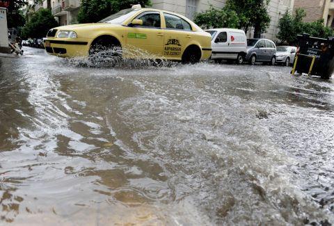 Χαμός στους δρόμους της Αθήνας από την κακοκαιρία: Ισχυρές βροχές πλήττουν την Αττική - Τι μας περιμένει τις επόμενες ώρες