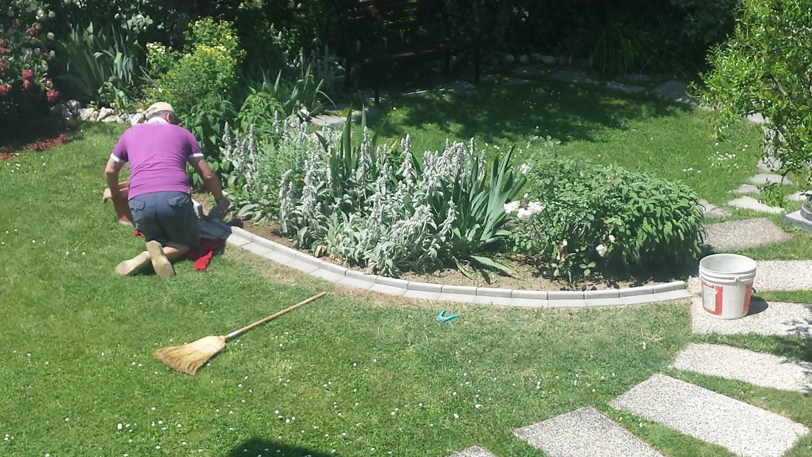 Il piccolo giardino di l il nuovo bordo da aiuola in for Bordi per aiuole fai da te
