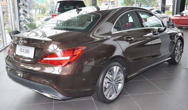 Phần đuôi xe Mercedes CLA 200 2017 thiết kế mềm mại và sắc cạnh.