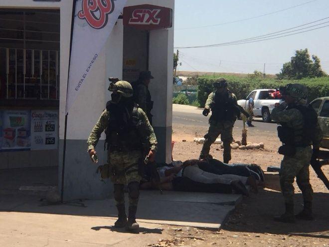 Se enfrentan a balazos militares contra sicarios en Sinaloa.