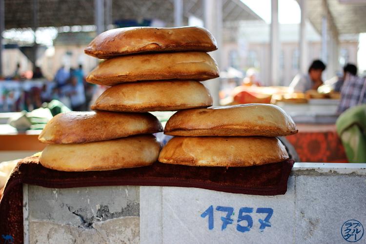 Le Chameau Bleu - Blog Voyage Ouzbékistan - Etal de pains  du marché de Samarcande