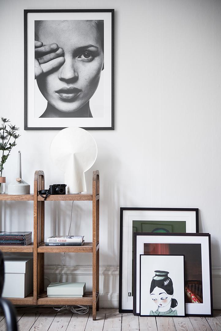 drewniana podłoga, plakaty w mieszkaniu
