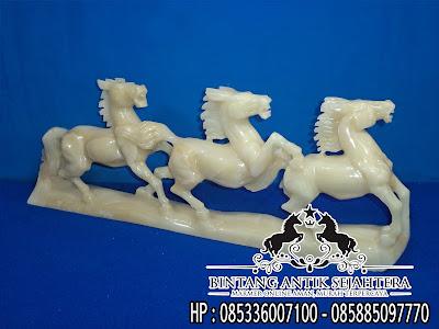 Patung kuda gandeng