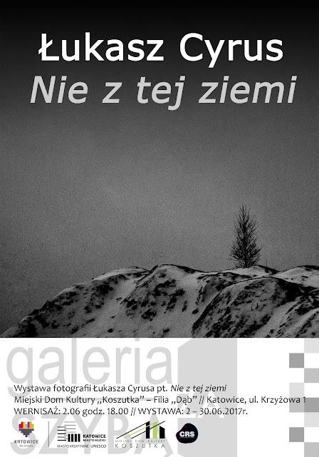 Nie z tej ziemi - wystawa fotografii odklejonej w katowickiej Galerii Za Szybą. Kurator wystawy - Krzysztof Szlapa. Autor wystawy - Łukasz Cyrus.