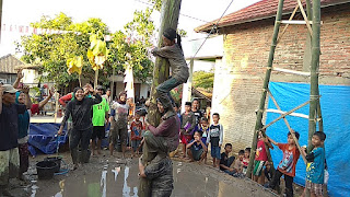 Puncak lomba panjat pisang tujubelasan desa Bangle Rt 12 doorprize kulkas