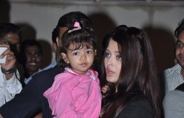 Aradhya Bachchan outside pic with mom Aishwarya